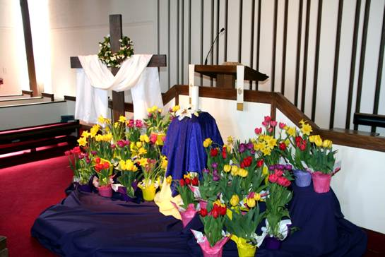 easter morning flowrs on pulpit image004